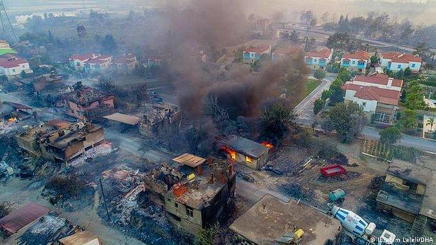Yangınların çıkış sebebiyle ilgili birçok iddia var ve yetkililerden bu konuyla ilgili henüz net bir açıklama yapılmış değil. Terör saldırısı mı, ihmal mi, kaza mı yoksa iklim krizi mi bilinmiyor.