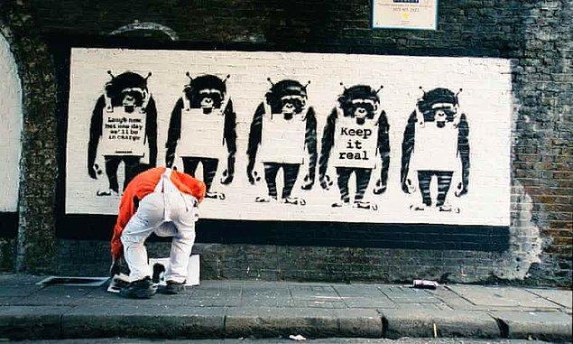Başta İngiltere olmak üzere dünyanın pek çok ülkesinde bir anda sokaklara yaptığı eserlerle gündeme gelen Banksy, tamamen kimliği belirsiz bir sanatçı.