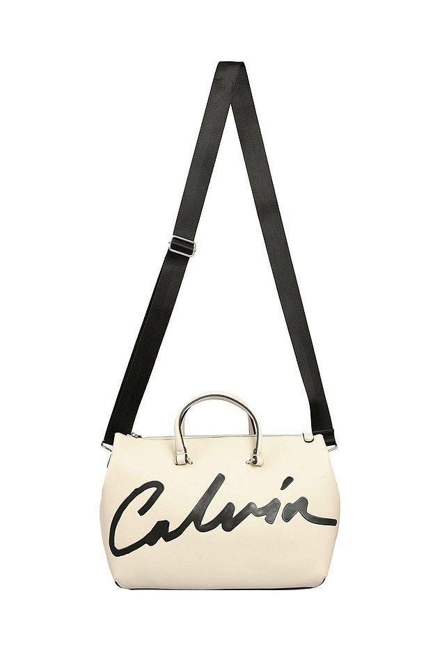 5. Calvin Klein el çantası hem çok şık hem de çok kullanışlı bir parça. Şu anda da indirimde!