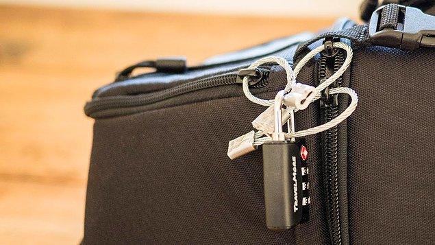 """2. """"Fermuarlı çantalara kilit takmak aslında çok anlamsız çünkü sadece bir kalem yardımıyla kilidi kolayca sürükleyip açabiliyoruz. Çalıştığım yerde kaybolan çantaların sahiplerini bulmak için bunu yüzlerce kez yaptım."""""""