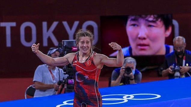 Yasemin Adar, Kırgız Aiperi Medet Kyzy'i yenerek, kadınlarda Türkiye'ye güreşte ilk madalyayı getiren sporcu olarak tarihe geçti.