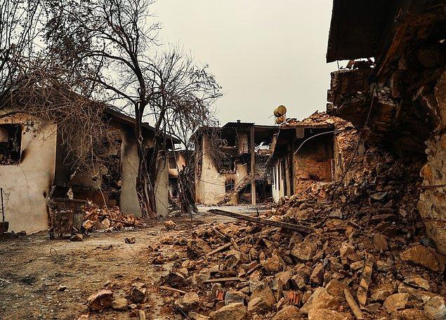 21:43 Gündoğmuş'taki rüzgarın etkisiyle Alanya ilçesi Bayır mahallesinde yangından dolayı birçok ev kullanılamaz hale geldi.