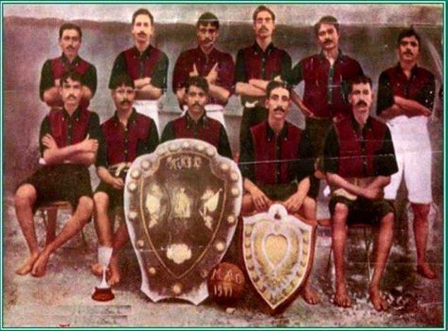 2. Hindistan, 1950`de Brezilya`da oynanacak Dünya Kupası`nda çıplak ayakla oynamak isteyince FIFA reddine uğradı ve turnuvaya katılamadı.