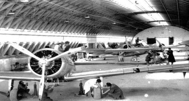 """Böylece THK 1925'te kurulur. Atatürk, yalnızca uçak almak ya da pilot eğitmek ile ilgilenmez. O, """"Bütün tayyarelerimizin ve motorlarının memleketimizde yapılması ve hava harp sanayinin..."""""""