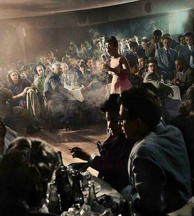 """4. Billie Holiday, New York'un ilk entegre kulübündeki """"Garip Meyve"""" gösterisi, 1939."""