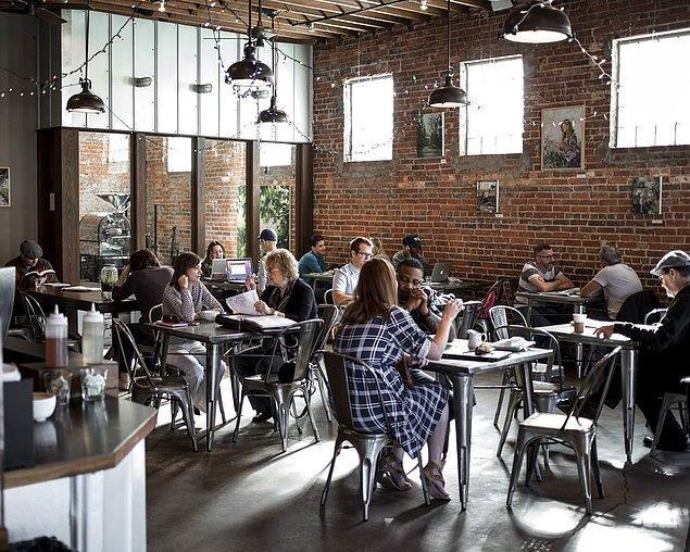 3. Arkadaş grubunuzla otururken bir yanınızdaki masanın sizi sadece belli belirsiz duyabileceği bir sesle konuşun.