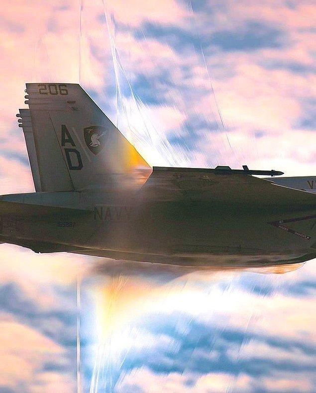 5. Ses hızını aşarken fotoğraflanan bir jet.