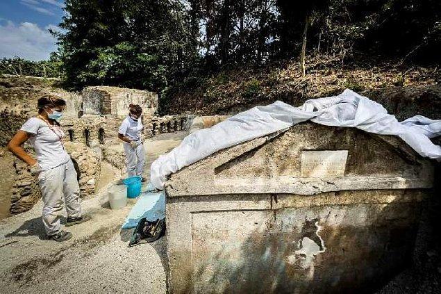 Mezarın, MS 79'da Vezüv Yanardağı'nın patlamasıyla Pompeii'nin yıkılmasından 10 yıl öncesine ait olduğuna inanılıyor.