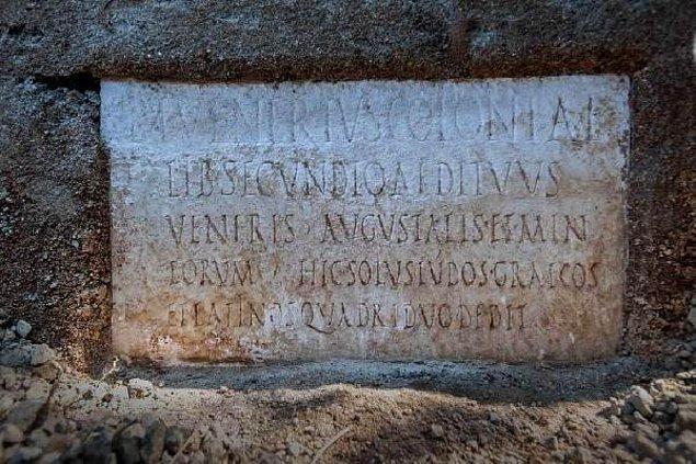 Mezarın üstünde Secundio'ya adanmış bir yazıt da bulundu