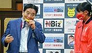 """Японский мэр, который подвергся критике из-за того, что """"укусил медаль олимпийского спортсмена без спроса"""", предлагает лишить себя трехмесячной зарплаты в качестве наказания"""