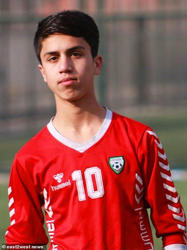 19 yaşındaki Anwari, Hamid Karzai ve Eşref Ghani rejimi altında büyüdü ve diplomatların çocuklarıyla birlikte Kabil'de prestijli bir okula gitti. 16 yaşında milli takıma katıldı.