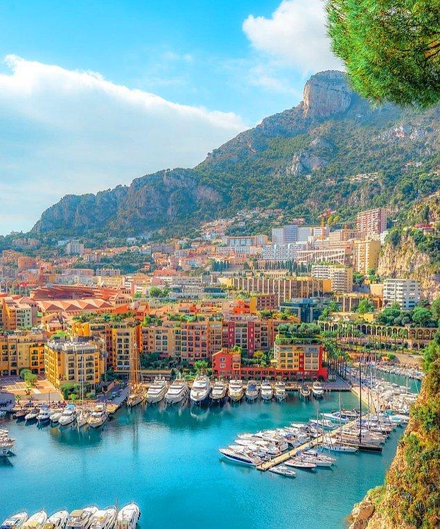 Monako vatandaşlarının konut ödeneği alma gibi ayrıcalıkları bulunur ancak bu ülkenin pasaportunu almak pek de kolay değil.