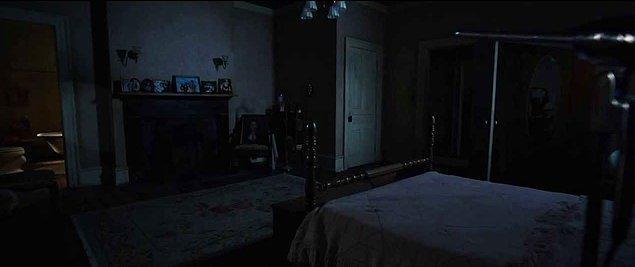 """17. """"Gece tuvalete gitmek için kalktım ve odama geri döndüğümde yatağımın yanında garip bir karartı gördüm..."""
