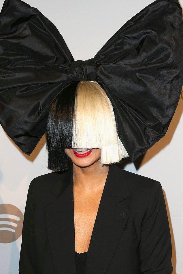 19. Sia'nın yüzünü kapatan peruğu.