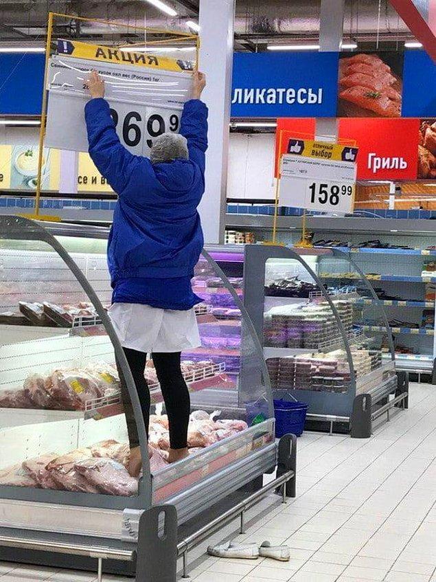 3. Bu market çalışanı el merdiveni getirmeye üşenmiş ve sonuç...