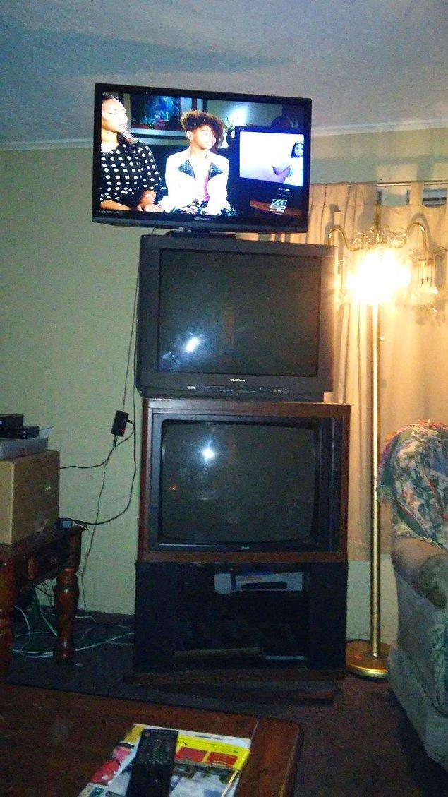 7. Bu miskin bireyler ise eski televizyonları atmaktansa hepsini üst üste dizmişler.