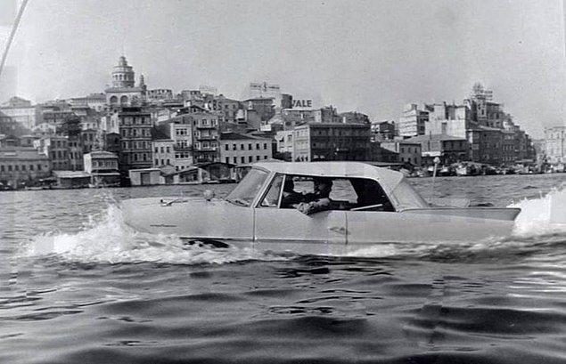 21. Boğazda araba sürme, İstanbul, 1964.