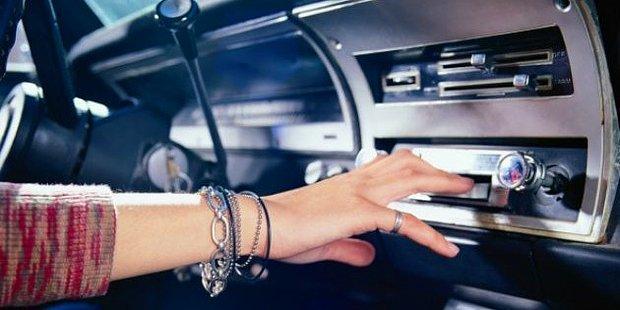 Araba Kullanırken Dinlediğinizde Yolun Nasıl Geçtiğini Anlamayacağınız 10 Tekno Şarkı