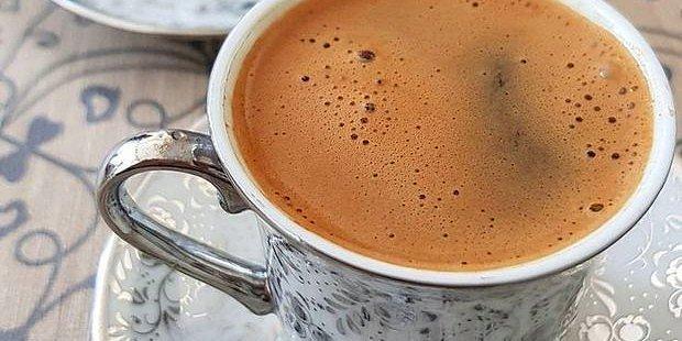 Mutfak Masasında Türk Kahvesi Eşliğinde Fiskos Yaparken Fonda Çalması Gereken 14 Şarkı