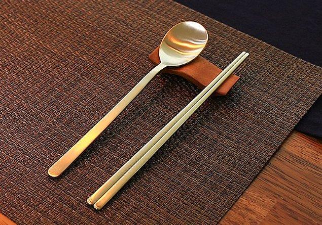 """17. """"Japonya'da bambu yemek çubukları, Çin'de ise ahşap olanlar kullanılırken Güney Kore'de metal çubuklar kullanılıyor. Koreliler ayrıca kaşığı da çok sık kullanıyorlar."""""""