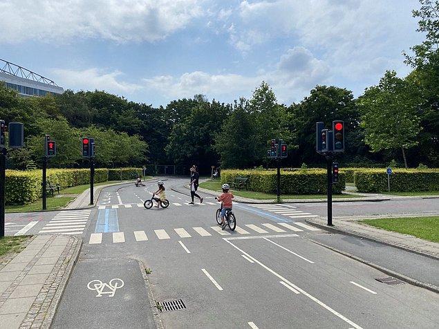 4. Çocukların bisiklet sürmeyi öğrenmeleri için oluşturulan minyatür güvenli alanı kim düşündüyse tebrik ediyoruz: