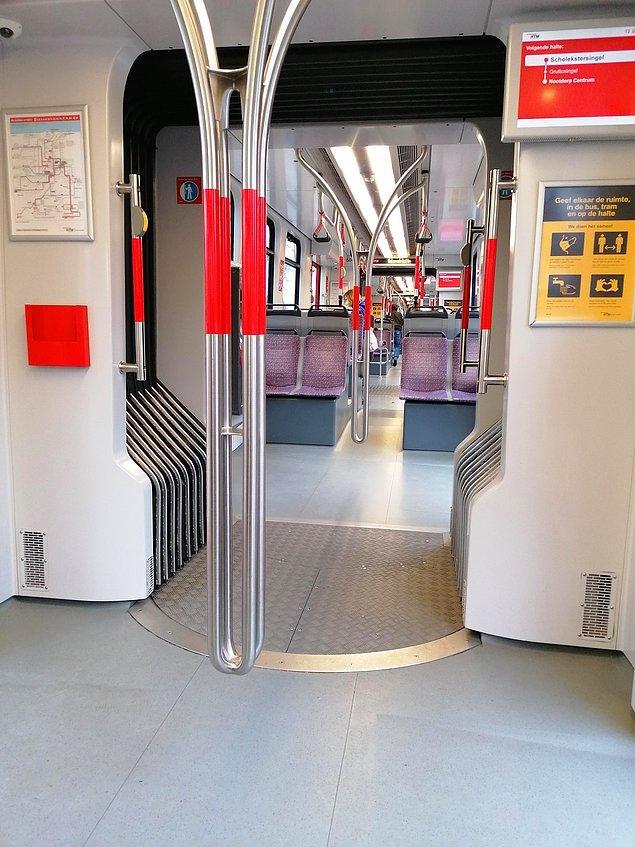13. Bu metroda yerlerin kolay silinmesi için tutunmak için konulan demirler yere değmeyecek şekilde tasarlanmış:
