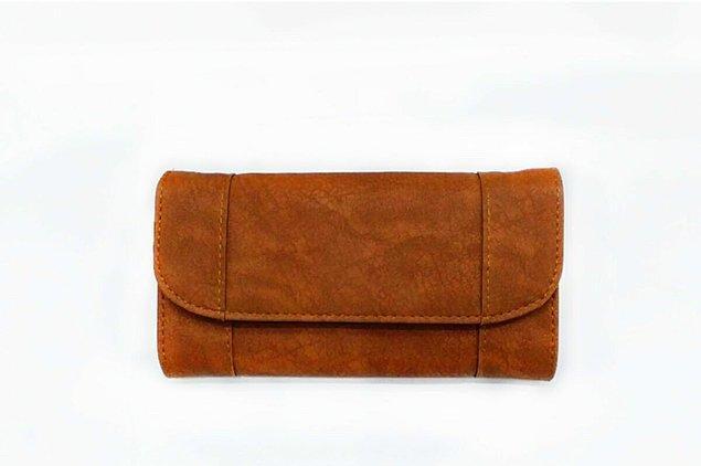 4. Çantanın yanına bir de süet cüzdan ekleyelim.