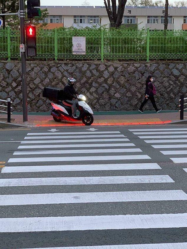 2. Güney Kore'de trafik ışıkları yerde de bulunuyor. Bunun sebebiyse, telefona bakanların ışığı görebilmeleri için.
