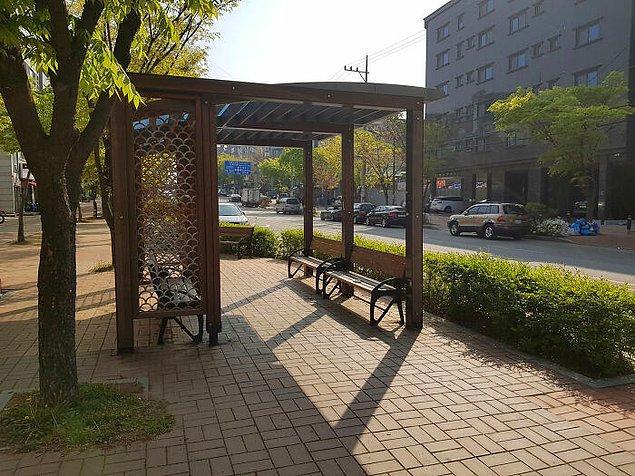 13. Güney Kore'nin Ansan şehrinde yayaların dinlenebilmesi için her yarım kilometrede bir dinlenme yeri var.