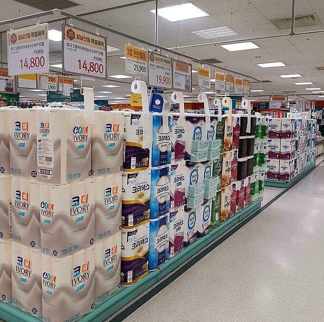 17. Güney Kore'deki bu marketlerde test etmeniz için tuvalet kağıdı örnekleri bulunuyor.