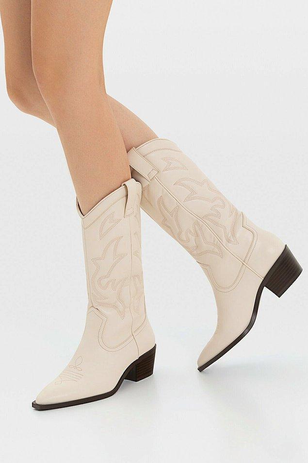 17. Bu kovboy çizmeleri, kısa şortlar ve eteklerle çok tatlı oluyor...
