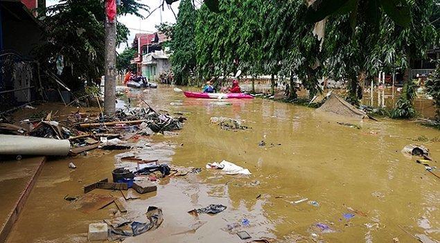 2. Endonezya'nın başkenti Cakarta'da meydana gelen sel felaketi nedeniyle binlerce kişi evlerinden tahliye edildi.