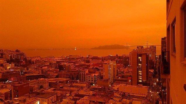 Yangın dolayısıyla havada uçuşan küller gökyüzünü tamamen turuncuya boyadı. 👇