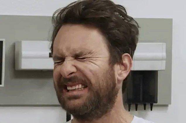 """25. """"Ev arkadaşımı kirli çoraplarını ve iç çamaşırlarını mutfak lavabosunda yıkarken yakaladım."""""""