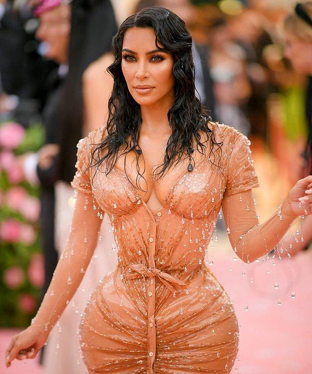 Kim Kardashian, 2019 MET Gala'da ıslak görünümlü elbisesini ıslak model saçlarla tamamlamış ve bu günlerce konuşulmuştu.