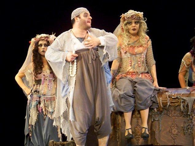 Ardından da İstanbul Şehir Tiyatroları'na geçmişti Çorumlu. O dönemlerin en popüler oyunlarından biri olan 'İstanbul Efendisi'ne belki aranızda gidenler bile vardır. 6 yıl boyunca burada devam etti Çağlar Bey kariyerine.