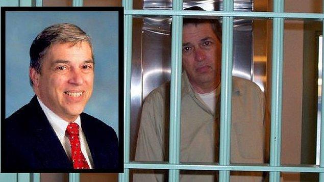 FBI'da en iyi bilgisayar uzmanlığına atanan Hanssen'e bir de Eric O'Neill adında bir asistan verildi, fakat O'Neill'in asıl görevi Hanssen'in köstebek olup olmadığını araştırmaktı.