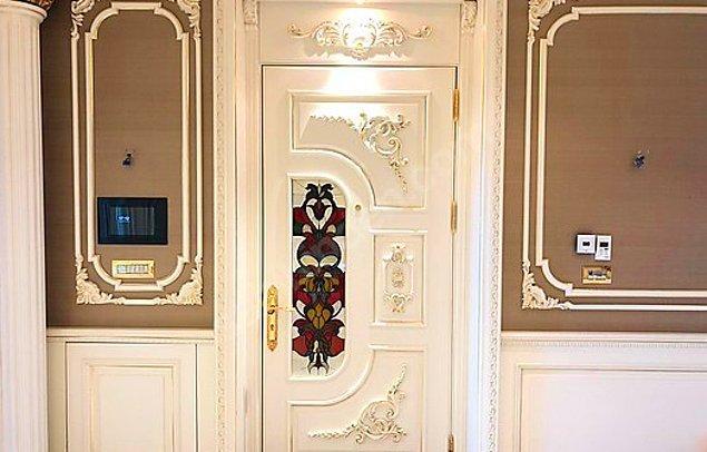 Bir evin kapısı bile gösterişli olur mu demeyin. Olabiliyor. Ne diyelim alan kişiye şimdiden hayırlı olsun… Peki siz böyle bir evde çok paranız olsa dahi oturmak ister miydiniz?