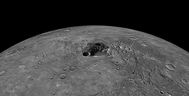 29 Kasım 2012'de NASA'nın Messenger uzay aracı Merkür'ün kuzey kutbunda bir şey keşfetti ve bu fotoğrafı çekti.