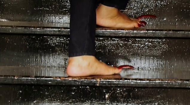Sürekli topuklarına basarak penguen gibi yürümek zorunda olduğunu söyleyen kadın merdivenleri de yan çıkıyormuş. Sırt üstü yatarken ise ayaklarına yorgan örtemiyormuş.