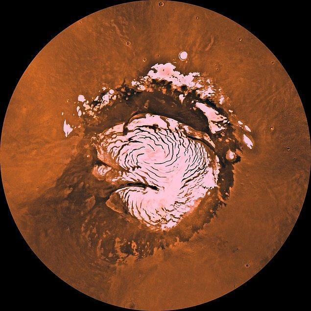 4 Haziran 1998'de Viking sondasının çektiği bu fotoğraf, Mars'ın kuzey kutbundaki Planum Boreum'u gösteriyor.