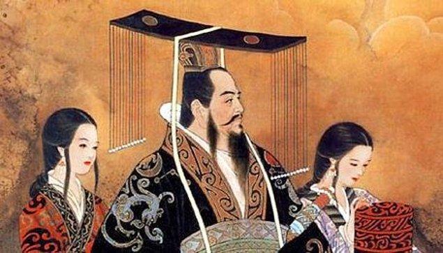 1912'ye kadar hükmünü sürdürecek olan ve Çin'de imparatorluk kurmayı başarabilmiş Quing Hanedanlığı'na mensup olan Şi Huang aynı halde Çin'in ilk imparatoru olarak bilinir.