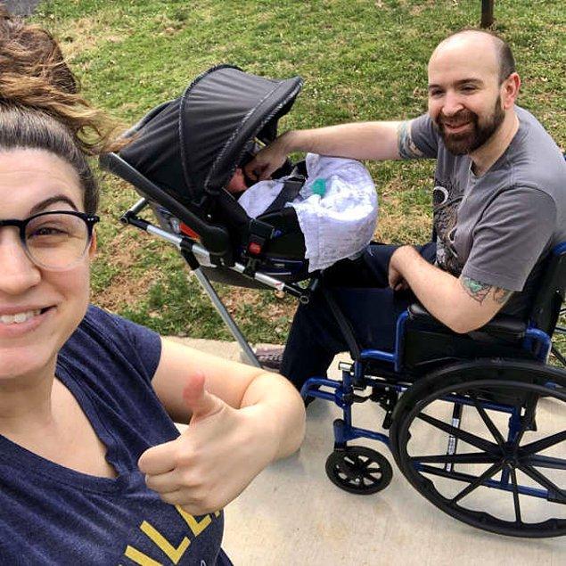4. Lise öğrencileri, öğretmenlerinin eşi bebekleriyle dışarı çıkabilsin diye tekerlekli sandalyeli bebek arabası yaptılar.