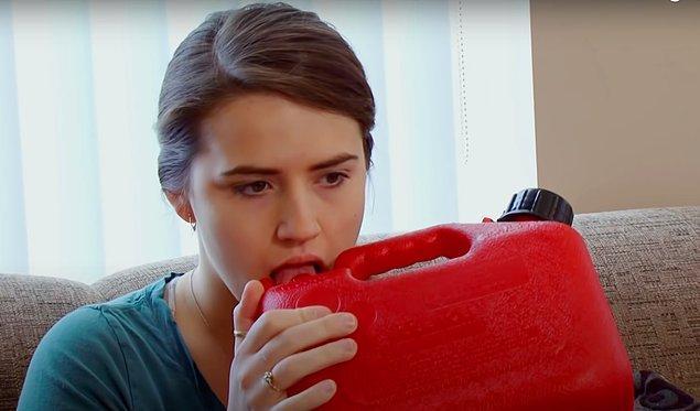 İlk başta sadece parmağına bulaşan benzinin tadına bakan Shannon, sonrasına bardak dolusu benzin içmeye başlamış.