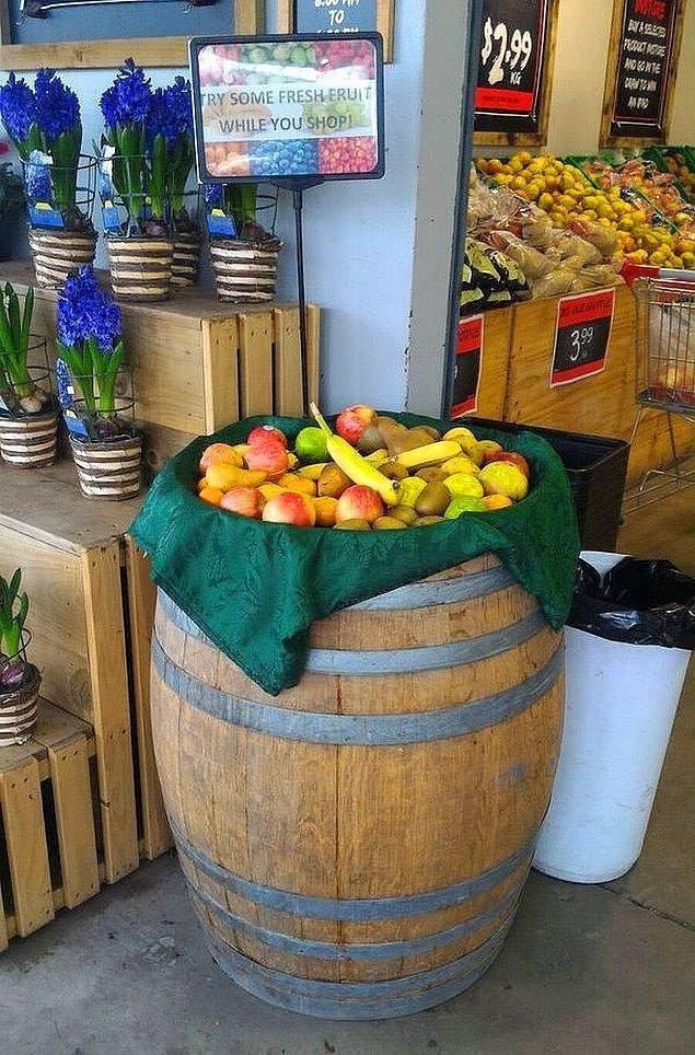 14. Alışveriş yaparken bedava meyve yiyebileceğiniz tezgahlar bulunur.