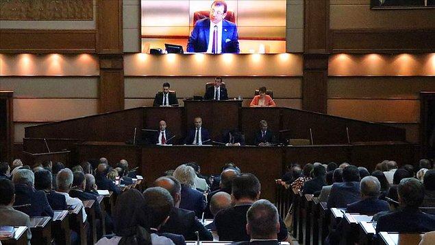 12. Belediye şirketlerine ve iştiraklerine yönetici atama yetkisi, belediye başkanlarından alınarak belediye meclisine verildi.