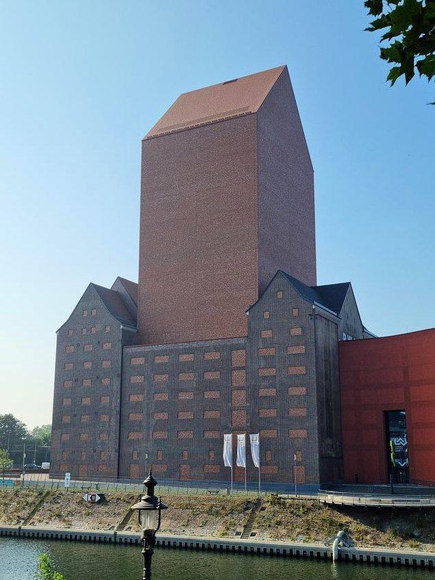 """3. """"Almanya'nın Düsseldorf şehrindeki bu 23 katlı binada tek bir pencere bile yok."""""""