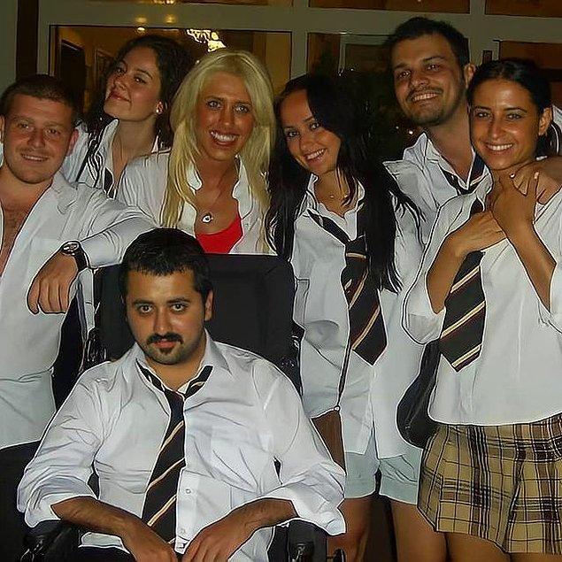 Pelin Akil, Arka Sıradakiler dizisine 46. bölümde Kemal Öğretmen'in yeğeni Zehra olarak dahil olmuştu.