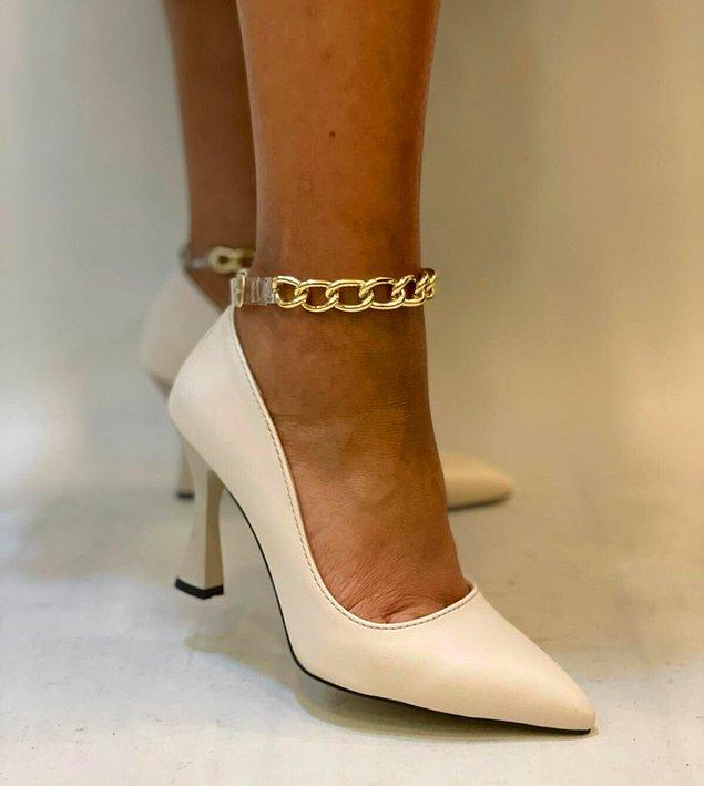 9. Gold sevenlerin bayılacağı zincir detaylı topuklu ayakkabılar, bu sezonun trendleri arasında yer alıyor.