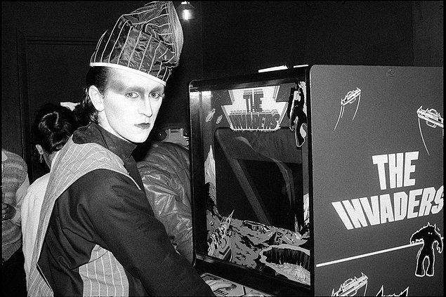 3. Müzisyen Steve Strange Londra'daki Club Hell'de bir arcade oyunu oynuyor. -1980